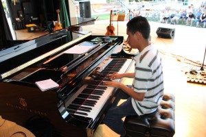 Kuha'o Case plays piano on stage.
