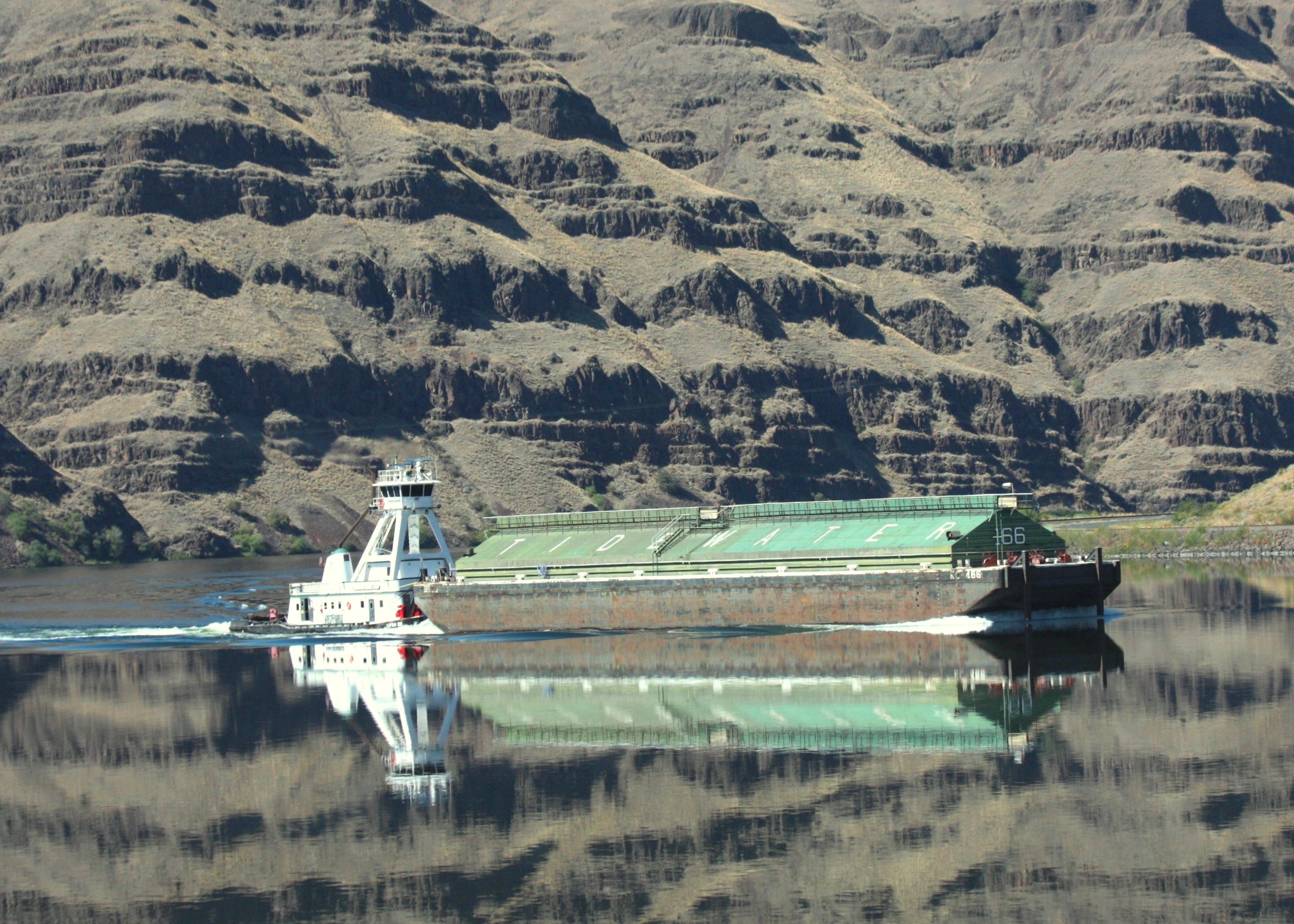 snake river tugboat and barge
